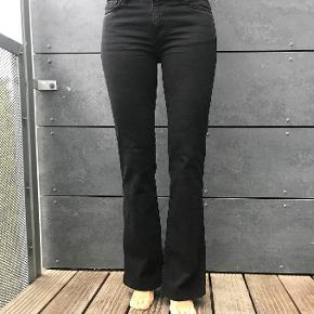 Helt nye sorte jeans med Flare, stadig med prismærke. Nypris 1660. Det er en str. 26. Jeg er ca 173/174 cm høj. Modellen er lavtaljet.  Forsendelse er via DAO incl Track & Trace. Pris 38 kr.  Jeg er ikke interesseret i at bytte. PS se også mine andre annoncer:-)