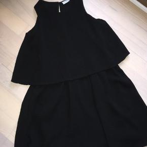 Fin sort kjole perfekt til jul eller nytår! Falder rigtig fint. Flot stand ! Køber betaler fragt