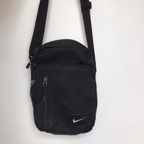 Min trofaste, men trætte Nike taske søger et nyt hjem. Den har et lille hul samt få pletter som vist på billedet. Er sikker på at pletterne kommer af i vask 😊