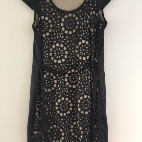 Super flot kjole og vild lækker stof og falder flot... sort bagpå og i 2 lag Str 16/42/44 Længde 98 Brystmål / armhul 106-114