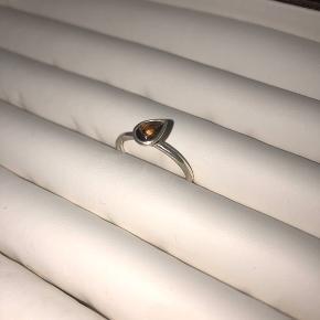 Ring med brun dråbeformet sten fra spinning i sølv  Str. XS står i ringen, men den er lidt stor i størrelsen  Byttes ikke - mulighed for afhentning