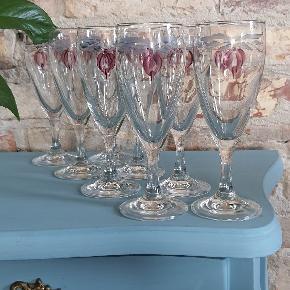 Super fine håndmalet champagneglas i helt perfekt stand.  16 cm. Høje 6 cm. I diamter  Sælges samlede, altså 8 stk. For 150 kr.