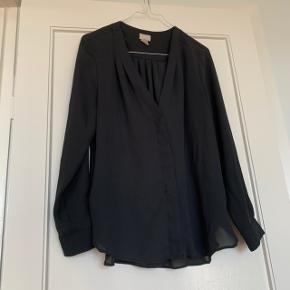 Sort lækker crepe skjorte fra H&M i str. 36.  Passer str. 36-42.  Skal ikke stryges.  Se også min profil og alle mine mange andre flotte og billige varer jeg har til salg 🌸  Tryk køb nu eller bed mig oprette en handel, hvis du er interesseret ☺️  Tags: Sort - vhals - v-hals - langærmet - bluse - crepe - trøje - top - satin - oversize - M - S - L - XL - 40 - 36 - 38 - 40 - 42 - skjorte