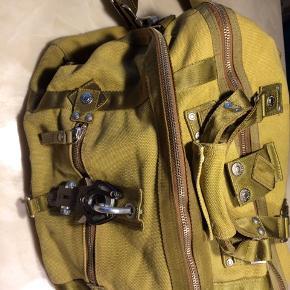 Lækker og rummelig George Gina & Lucy weekend taske. Bag name 'Make my Day' syet i kraftig bomulds canvas, masser af rum og fede detaljer. Mål ca. L: 43 H: 30 B: 27  BYD endelig, jeg bliver ikke sur😊