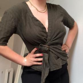 Fed army/olivengrøn trøje, som bliver bundet på maven. Meget sommerlig :) Skriv gerne hvis du har nogen spørgsmål ☺️