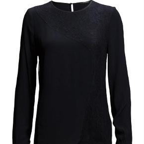Varetype: Bluse Farve: Sort/mørkeblå Prisen angivet er inklusiv forsendelse.  Super fin bluse fra Bruuns Bazaar.  Blusen er sort/meget mørkeblå med finde blondedetaljer.   Model: Carla  Materiale: 100% viscose