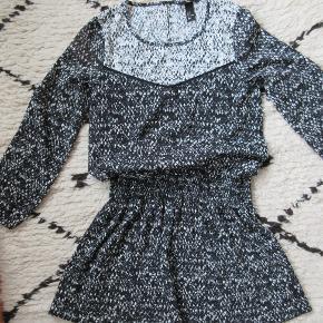 Super fin sort/hvid kjole med lange ærmer fra H&M Trend. I stand som ny.  Nypris 400,- Bytter ikke.