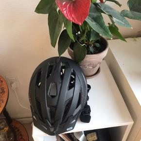 Sælger min abus cykelhjelm med magnet lukkesystem og baglygte. Nypris 700kr