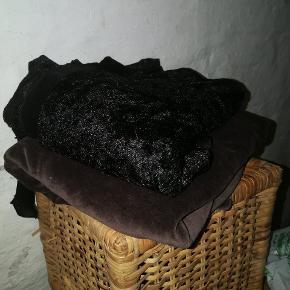 Mørkebrunt stof i babyvelour + sort stof i nervøs velour. Har ikke mål, men begge er forholdsvis store stykker stof, nok til børnetøj, udklædning, puder eller lille dug.