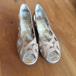 Skønne sandaler i skind med sål/hæl af gummi.  Nypris 900kr