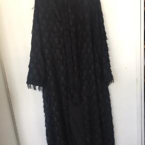 Lækker lang kimono. Str. M-L. Aldrig brugt kun prøvet. Købt for 550kr.
