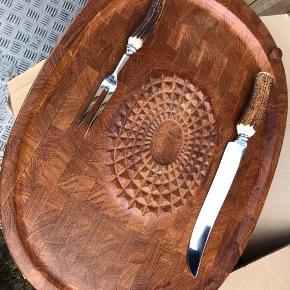 Smukt dansk design af Flemming Digsmed . Teak skærebræt med forskæresæt fra Sheffield i England . Med hjorte håndtag .   500kr for forskæresættet  600kr for skære brættet  Tag det hele for 1000kr samlet