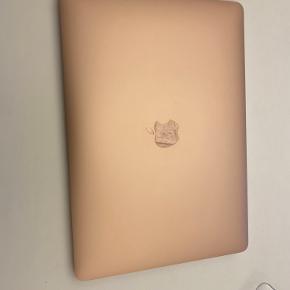 13.3 Macbook Air Rosenguld 1.6 GHz Købt 15.09.2019 til 9.999 kr. i Esbjerg Elgiganten.  Kvittering og alt original tilbehør (inkl. boksen) medfølges.  Brugt få gange ifm. aftenskole (Battericyklus er 46 den 22.10.2020) Har haft den i cover, så ingen brugsridser.  Pris. 7200 kr.