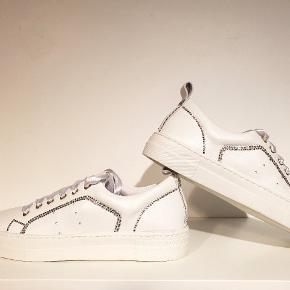 Velkommen til Crystal Boss. Jeg laver unikke custommade design til dine sko/sneaks, til dig som vil have noget andre ikke har.Ægte swarovski krystaller i den bedste kvalitet lige i de farver/design du ønsker.  Denne her er med små hvide og shimmer krystaller. Ca 500 krystaller. Det er en Cashott i blødt kalveskind. Du kan altid se de er ægte ved deres smukke shine og glitter som kun swarovski har.  Skriv hvis du har spørgsmål og ønsker. Se min Instagram hvor jeg ligger film ind Der kan du virkelig se deres flotte skær. @crystalbossen