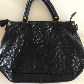 Lækker taske Den har et lille brandmærke se billed men den er ellers som ny Sælges kun fordi den skulle have været brugt som skoletaske 😃