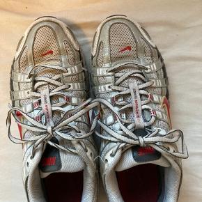 Den er flækket op bag på den ene, og er slidt på bagsiden af den ene sko