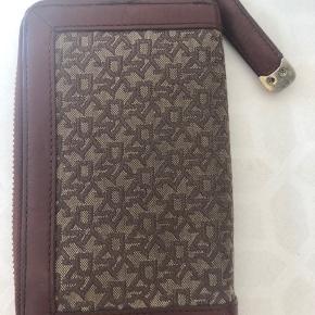 Sælger min DKNY pung, da den ikke rigtig bliver brugt længere. Pungen er brugt nogle gange, og har primært slid ved lynlåsene og har fået nogle slidpletter i læderet (se billedet)   Mp: 200kr  Kan sendes flere billeder, hvis det ønskes