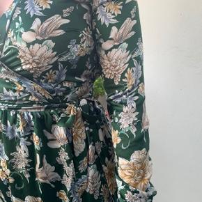 Grøn blomstret kjole fra VILA ☘️  Sælger en masse rigtig billigt pga. pladsmangel. Tjek gerne de andre annoncer for mængderabat og byd endelig!