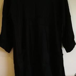Skøn hør kjole fra Masai med store udvendige lommer og bindebånd i bunden, str. XXL Brystmål 2 x 61 cm, længde 94 cm