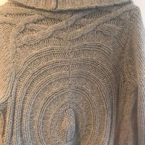 Sælger denne lækre cardigan ( lang model ) fea Pieszak i str M :-) Har været brugt to gange og fremstår som ny - 42% uld, 30% acryl og 28% alpaca.  Nypris 1600 - bud starter ved 600 :-) sendes gerne på købers regning og ønskes TS, tillægges gebyr.