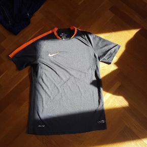 """Varetype: nike sportswear str. M dri-fit trøje Størrelse: M Farve: Sort Oprindelig købspris: 249 kr.  Fodbold/fitness bluse Nike str. M - Dri-Fit Sort/orange Den er stort set ikke brugt, men et par steder foran er """"revet"""" to bittesmå tråde ud - derfor den lave pris."""