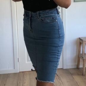 Fed nederdel fra Noisy May. Der er super meget stræk i nederdelen, så der er god bevægelighed. Byd gerne.