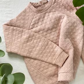 """👉🏼  BCBGeneration rosa / pink sweatshirt / bluse, med quiltet struktur 💖   ___________________________________  😍 Velkommen til 👇🏼  👉🏼 🛍 Se gerne resten af mine annoncer for tøj, sko, boligtilbehør og krystaller.  👉🏼 🎁 Tryk """"Køb nu"""" og jeg sender senest dagen efter. ___________________________________"""