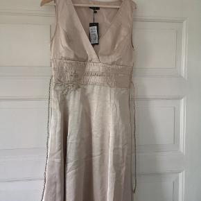 Ubrugt skøn guld festkjole fra VILA, købt for lille, Lynlås og applikationer. Flot!