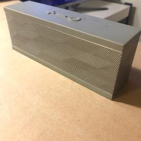 Jambox by Jawbone højtaler  Har amerikansk oplader men kan sælge en adapter med i prisen :)