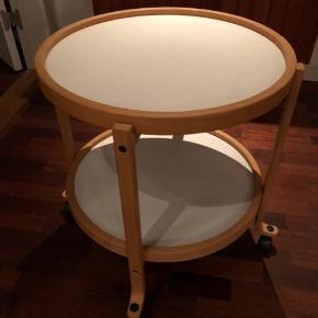 Bakkebord. 50 cm i diameter. Hvid på den ene side - sort på den anden.
