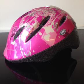 Cykelhjelm sælges, har IKKE været i ulykke og er i fin stand - str. på billede 2 - fragt 38 kr.