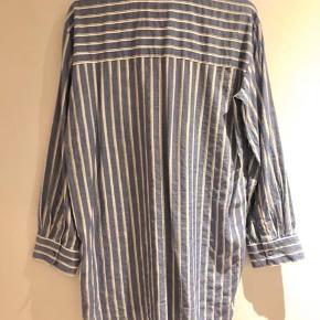 Smuk skjorte/kjole fra Munthe. Stor i størrelsen. Passer også str. 36 og en 38.