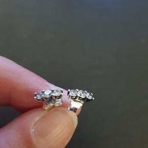 Fede Pandora Sparkling Elegance øreringe med 3 sten. Nypris 349 kr.