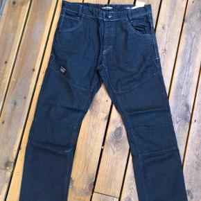 Super udsalg.... Jeg har ryddet ud i klædeskabet og fundet en masse flotte ting som sælges billigt, finder du flere ting, giver jeg gerne et godt tilbud..............  Lækre Jack&Jones Jeans. Str 33/34 Brugt 2 gange - derfor som nye