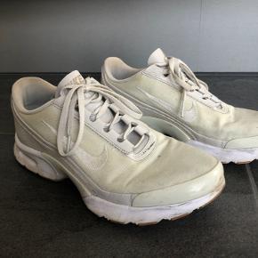 Nike Air sko. Brugt lidt og dette kan ses. Str.  40, men varer til str. 39.