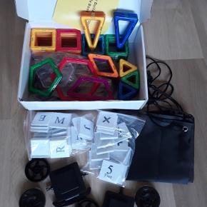 Helt nyt legetøj, et kæmpestort sæt med 118 dele i en fin gaveæske:  20 trekanter  30 firkanter  4 skrå firkanter (romber) 8 lange trekanter  2 trapezer 2 femkanter 2 sekskanter 26 billedbrikker med bogstaver (uden magneter) 16 billedbrikker med tal (uden magneter) 2 sæt hjul (4 hjul i alt) 1 roteringsplatform (til pariserhjul, 6 dele)  Magnetlegetøjet kan bruges sammen med Magformers, Magsmarters, Magplayer samt andre magnetiske byggeklodser af samme størrelse.  Flere sæt haves, så farverne på brikkerne kan være anderledes fra dem, man ser på billederne.   Legetøjet er købt i Europa og er CE-godkendt, således at det er i overensstemmelse med de gældende lovkrav.  Prisen er fast, og bud under den besvares ikke.