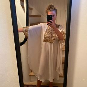 Smuk kjole eller kaftan fra By Malene Birger med guld pailletter. Aldrig brugt.