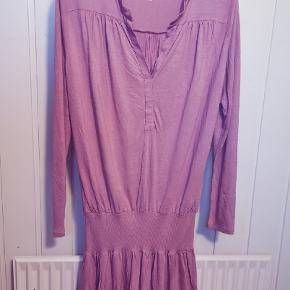 Kjole fra Comfy Copenhagen med lav elastikkant der kan skubbes op eller give flot stretch effekt. Str s/m. Sender gerne!