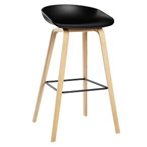 Super fin HAY barstol i sort plast skal og med sæbebehandlet ben. Sælges da vi ikke har plads til den længere 😊