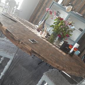 Homemade spisebord med plads til 10. Lavet af kalmarbrædder mdf plade samt sildebensklodser - vokset og olieret med mørkebrunt voks. Fremstår super rustikt og flot