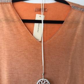 Lækker let strik med tilhørende halskæde. Fine sølvdetaljer ved både hals, ærmer og bund. Ny og ubrugt. Passer fra xs til xl