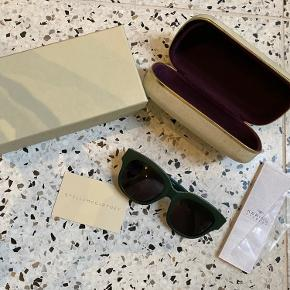 Smukke solbriller fra stella mccartney, modellen hedder sc0007S i bio material i farven mørkegrøn.  Brugt, skal strammes til da de har været brugt til min pasform.  Respekter venligst at jeg ikke bytter og køber betaler porto samt gebyr ved tspay.