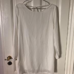 Fin hvid kjole med dyb ryg udskæring med blonde detalje.