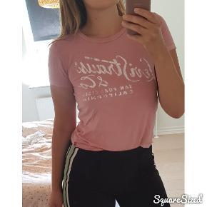 Rosa T-shirt brugt få gange - nypris 449kr * OBS - Jeg fjerner altid mine annoncer efter salg, så hvis den forsat figurer på min side, så er annoncen stadig aktiv *