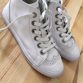 Mega cool sko i det blødeste læder og bund. Kan ikke købes i DK. Brugt få gange.