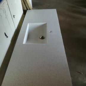 Terrazzo bordplade. Kuma, ca 3 år gammel. For interesse udgives mål. Ingen misfarvninger, er skygger man Kan se I håndvasken. Fejlkøb af sælger på dba. Den passer desværre ikke i mine forældres badeværelse, derfor vil de meget gerne have den solgt så andre kan få glæde af den.