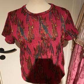 ✨ Super smuk cropped t-shirt fra Zara i det flottest vævede mønster. Strækbar. Næsten som ny. ✨