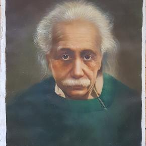 Fantastisk livagtig håndmalet maleri med Albert Einstein.  Lavet af professionel maler efter bestilling.  Mål for maleri: 61,5 cm bredt. 81,5 cm højt. Dertil ca 2 cm umalet lærred.  Kan afhentes Kbh S, eller i Brønshøj. Kan også rulles og sendes for købers regning.