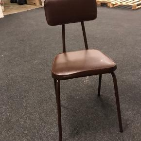 Fin retro stol fra 60'erne. Meget velholdt, ingen synlige tegn på slid. Læder.