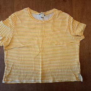 Sød gul-hvidstribet crop t-shirt.
